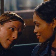 Chad Faust e Rosario Dawson in una scena del film Extrema - Al limite della vendetta