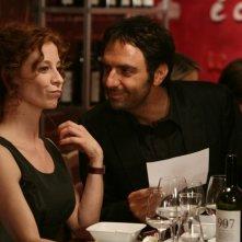 Carlotta Natoli e Neri Marcorè in una scena dell'episodio Amore che vieni, amore che vai  di Tutti pazzi per amore