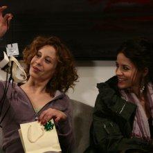 Carlotta Natoli ed Irene Ferri in una scena dell'episodio Quello che le donne non dicono di Tutti pazzi per amore