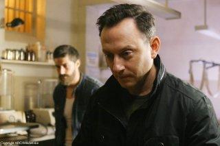 Michael Emerson e, sullo sfondo, Matthew Fox in una scena dell'episodio Because You Left di Lost