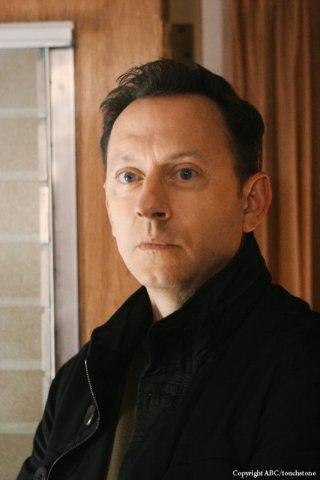 Michael Emerson in una scena dell'episodio Because You Left di Lost