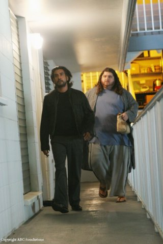 Naveen Andrews e Jorge Garcia nell'episodio Because You Left di Lost