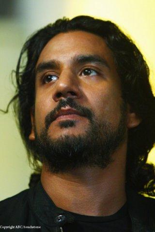 Naveen Andrews in una scena dell'episodio Because You Left di Lost