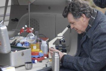 John Noble in una scena dell'episodio Bound di Fringe