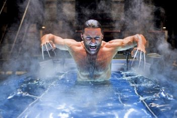 Un potente Hugh Jackman emerge dalle acque in X-Men - Le origini: Wolverine