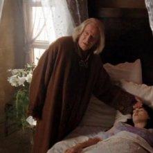 Richard Wilson e Katie McGrath in una scena dell'ep. Rimedio per curare tutti i mali della prima stagione di Merlin