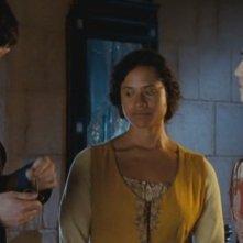 Colin Morgan, Angel Coulby e Katie McGrath in The Beginning of the End, dalla prima stagione di Merlin