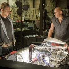 Paul Walker e Vin Diesel alle prese con un motore in Fast and Furious - Solo parti originali