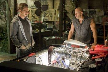 Paul Walker e Vin Diesel alle prese con un motore in Fast and Furious - Solo parti originali
