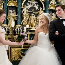 Anne Hathaway, Kate Hudson e Steve Howey in una scena del film Bride Wars - La mia miglior nemica