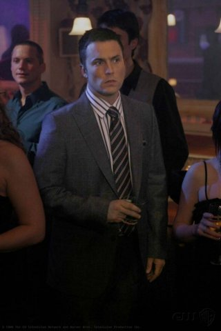 Desmond Harrington in una scena dell'episodio In the Realm of Basses di Gossip Girl