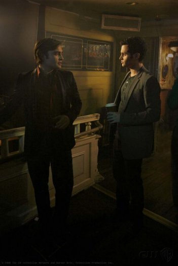 Ed Westwick e Penn Badgley in una scena dell'episodio In the Realm of Basses di Gossip Girl
