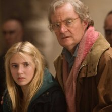 Eliza Bennett e Jim Broadbent in una scena del film Inkheart - La leggenda di cuore d'inchiostro