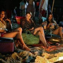 Janelle Velasquez, Elisabeth Harnois e Jana Kramer in spiaggia nell'episodio Love Me or Leave Me di 90210