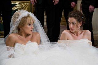 Kate Hudson e Anne Hathaway in una sequenza di Bride Wars - La mia miglior nemica
