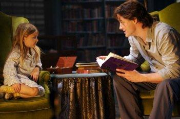 Mirabel O'Keefe e Brendan Fraser in una scena del film Inkheart - La leggenda di cuore d'inchiostro