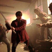 Christian Cooke combatte dei demoni in una scena della serie tv Demons