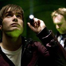 Christian Cooke e, sullo sfondo, Philip Glenister nella serie tv Demons