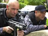 Enrico Colantoni insieme a Hugh Dillon nell'episodio 'He knows his brother' della serie tv Flashpoint