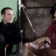 Il regista Luciano Melchionna e Stefania Sandrelli sul set di Ce n'è per tutti