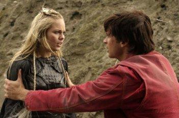 Laura Vandervoort e Tom Welling in una sequenza dell'episodio 'Bloodline' della serie tv Smallville