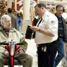 Bernie McInerney e Kevin James in una scena del film Paul Blart: Mall Cop