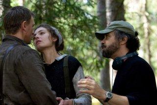 Daniel Craig, Alexa Davalos e il regista Edward Zwick sul set del film Defiance - I giorni del coraggio