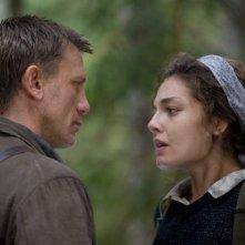 Daniel Craig e Alexa Davalos in una scena del film Defiance - I giorni del coraggio