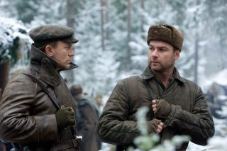 Daniel Craig e Liev Schreiber in una scena del film Defiance - I giorni del coraggio