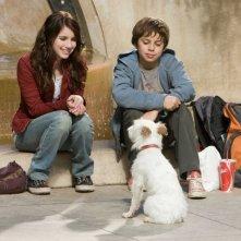 Emma Roberts e Jake T. Austin in una scena di Hotel Bau