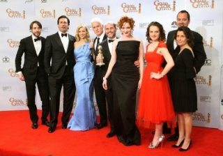 Il cast di Mad Men celebra la vittoria come miglior serie tv drammatica ai Golden Globes 2009