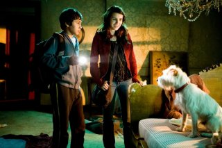 Jake T. Austin ed Emma Roberts in una scena del film Hotel Bau