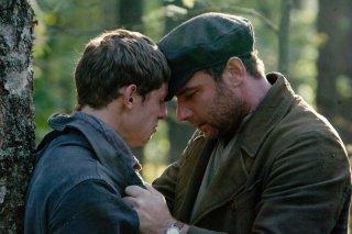 Jamie Bell e Liev Schreiber in una scena del film Defiance - I giorni del coraggio