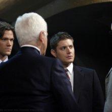 Jared Padalecki, Jensen Ackles e Richard Libertini in una scena dell'episodio Criss Angel is a Douche Bag di Supernatural