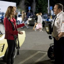 Jayma Mays e Kevin James in una scena del film Paul Blart: Mall Cop