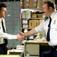 Keir O'Donnell e Kevin James in una scena del film Paul Blart: Mall Cop