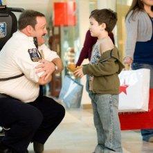 Kevin James e Dylan Clark Marshall in una scena del film Paul Blart: Mall Cop