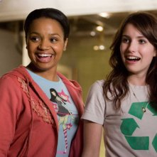 Kyla Pratt ed Emma Roberts in una scena del film Hotel Bau