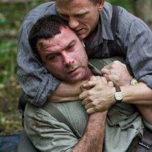 Liev Schreiber e Daniel Craig in una scena del film Defiance - I giorni del coraggio