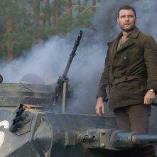 Liev Schreiber è Zus Bielski nel film Defiance - I giorni del coraggio
