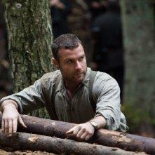 Liev Schreiber in una scena del film Defiance - I giorni del coraggio