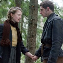 Mia Wasikowska e Jamie Bell in una scena del film Defiance - I giorni del coraggio