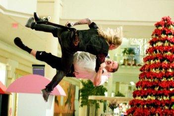 Mike Vallely e Kevin James in una scena del film Paul Blart: Mall Cop