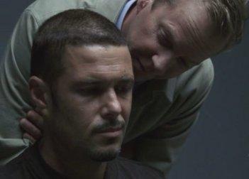 Kiefer Sutherland e Carlos Bernard in una scena del terzo episodio del Day 7 di 24.