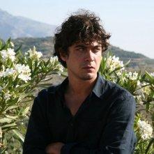 Riccardo Scamarcio è il protagonista di Eden Is West di Costa-Gavras