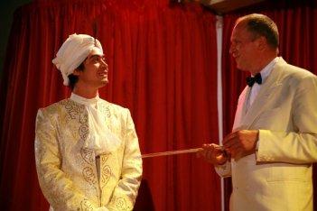 Un curioso costume (con tanto di turbante) per Riccardo Scamarcio nel film Eden Is West
