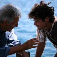 Una bella immagine di Riccardo Scamarcio e Costa-Gavras sul set di Eden is West