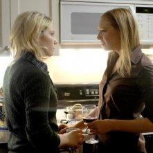 Anna Torv ed Ari Graynor nell'episodio Bound di Fringe
