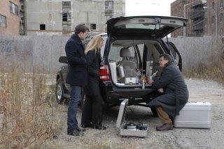 Anna Torv, John Noble e Joshua Jackson nell'episodio Bound di Fringe