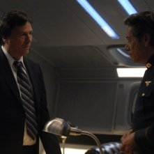 Richard Hatch e Edward James Olmos in una scena dell'episodio A Disquiet Follows My Soul di Battlestar Galactica